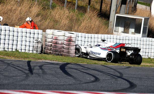 Williamsin F1-auto karkasi nuoren Lance Strollin käsistä.
