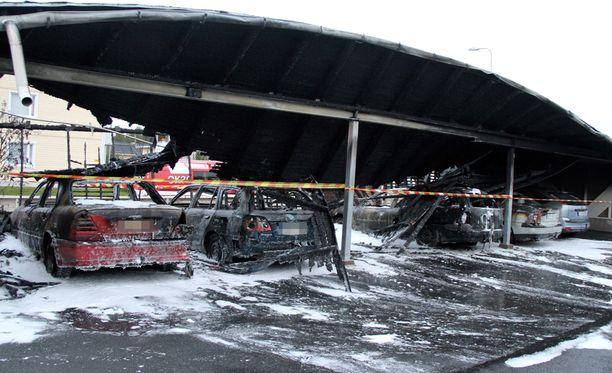 Autokatos tuhoutui täysin sammutustöistä huolimatta.