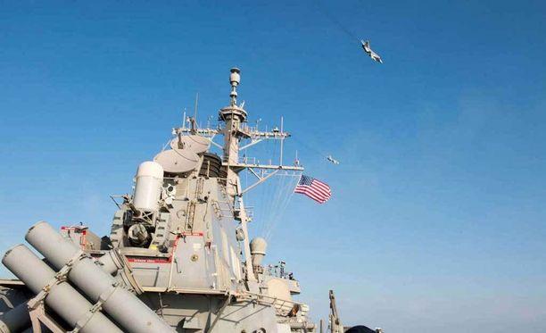 Yhdysvaltain merivoimien julkaisema kuva venäläishävittäjien ylilennosta