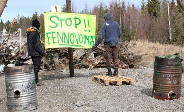 Aktivistit vastustivat Fennovoimaa Hanhikiven ydinvoimalatyömaalla huhtikuussa.