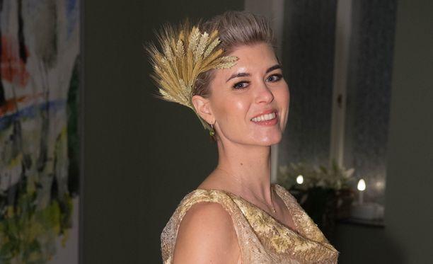 Susanna Koski kunnioitti juhlien ympäristöteemaa hiuskoristeellaan.