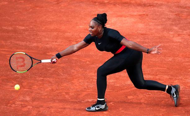Serena Williams pelasi Pariisin massakentillä ihonmyötäisessä mustassa trikooasussa.
