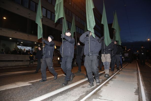 Viime vuonna uusnatsit luopuivat riimutunnuksestaan lipuissa. Protestoijat löysivät tilalle natsi-Saksan valtionliput, kunnes poliisi otti ne pois. Uusnatsien tempaus on syyteharkinnassa.