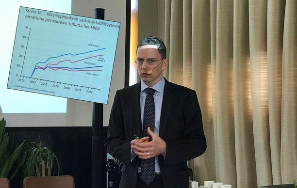 Etlan tutkimusjohtaja Antti Kauhanen esitteli maanantaina kiky-sopimuksen vaikutuksia selvittäneen tutkimuksen tuloksia.