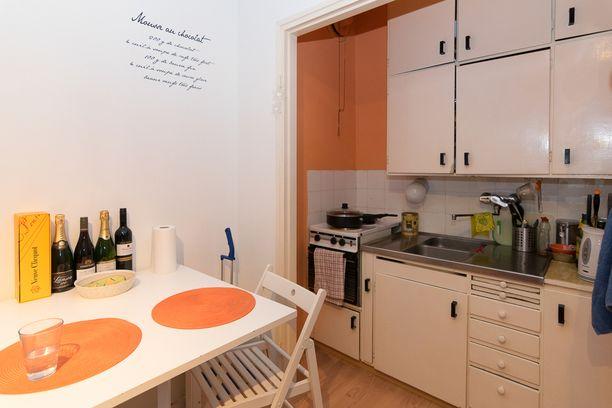Ilmoituksessa kerrotaan, että kylpyhuone on uusittu kokonaan, mutta keittiö on hieman vanhempi - tosin toimiva.