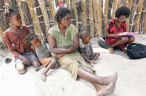 JUMALAN SANA Helene Alfonse (oikealla) lukee Raamattua Rauna Nuunyangolle ja tämän lapsille Rusarialle, 10, Ndeshipandalle, 4, ja 1-vuotiaalle Alugodhi Paulukselle. Alfonse on tuntenut perheen jo vuodesta 2000.