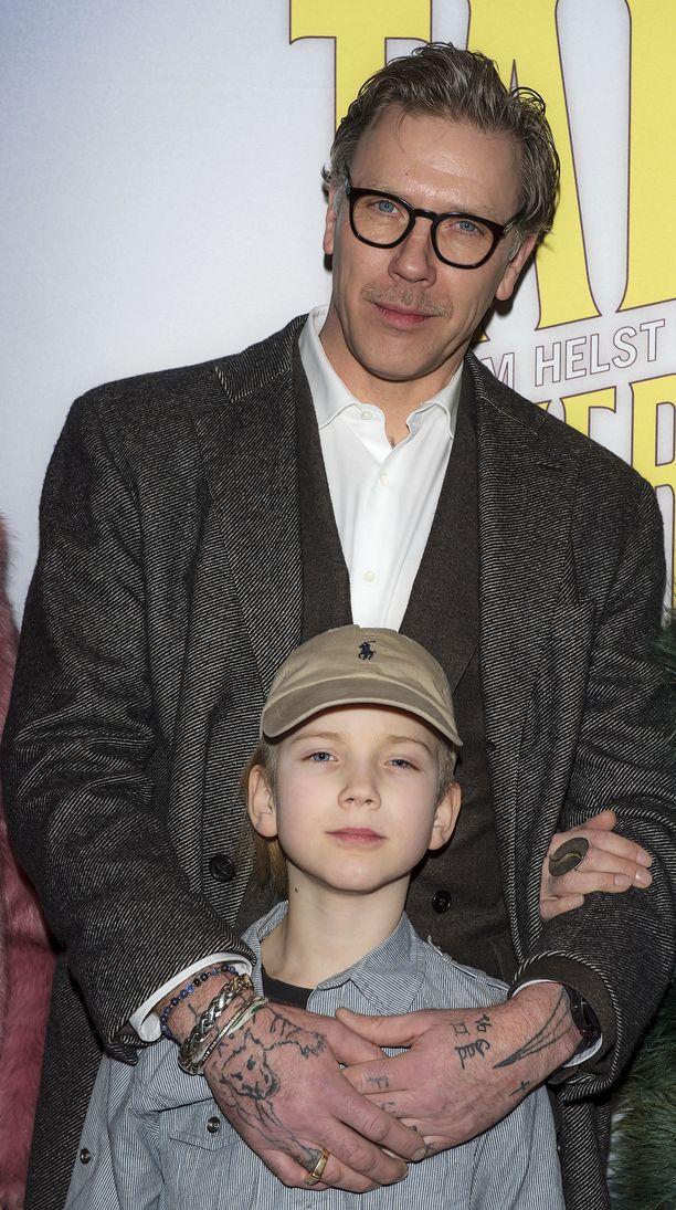 Kuvassa Mikael Persbrandt ja poika Lo Persbrandt.