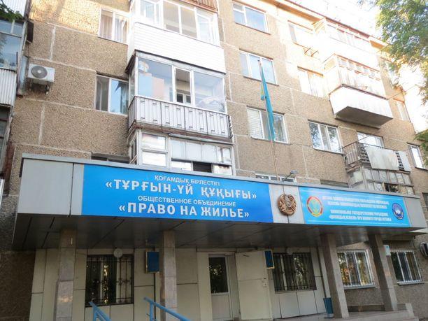 Neuvostotalon edustalla tekstit ovat sekä kazakiksi että venäjäksi.