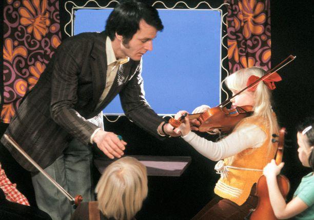 Linda Lampenius soitti ohjelmassa myös viulua, mikä teki hänestä lopulta kuuluisuuden.