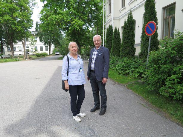 Apulaisylilääkäri Merja Syrjämäellä ja päihdelääkäri, psykiatri Reijo Lahtisella on pitkä kokemus päihderiippuvaisten potilaiden hoidosta.