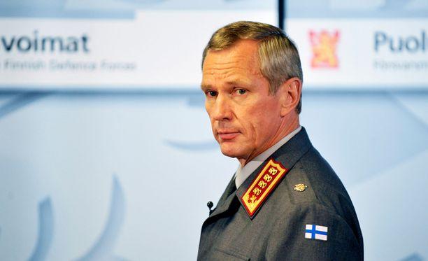 Puolustusvoimien komentaja, kenraali Ari Puheloinen tiedotti perjantaina yt-neuvotteluiden tuloksista.