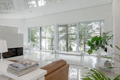 Ylöjärveläistalon ikkunoista avautuvat maisemat Näsijärvelle.