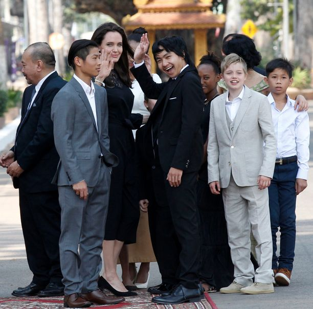 Angelina Jolie Kambodzassa lastensa kanssa. Kuvassa vasemalla oleva harvahiuksinen mies ei ole Angelina Jolien jälkikasvua.