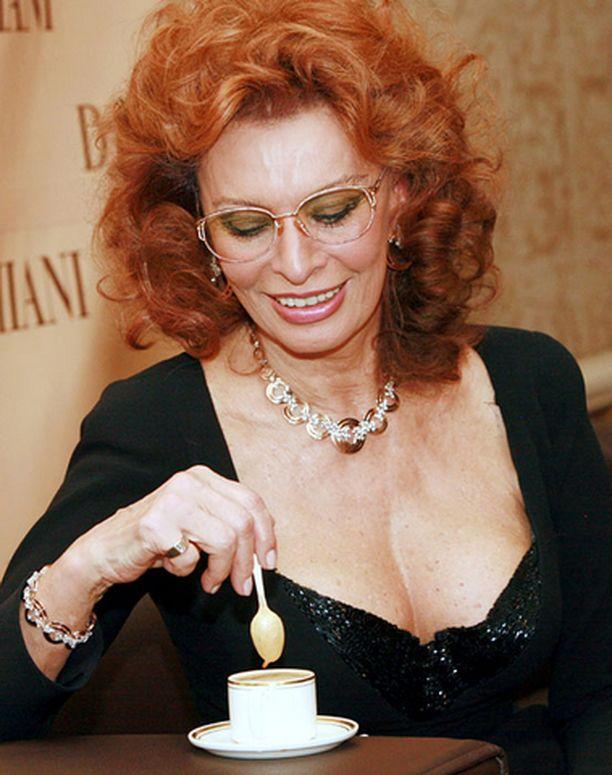 Sophia Loren edustaa eroottisessa kalenterissa iäkkäämpää kauneutta.
