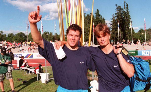 Kaverukset Pietari Skyttä (vas.) ja Matti Närhi ottivat kaksoisvoiton alle 23-vuotiaiden EM-kisojen miesten keihäässä Turussa vuonna 1997.