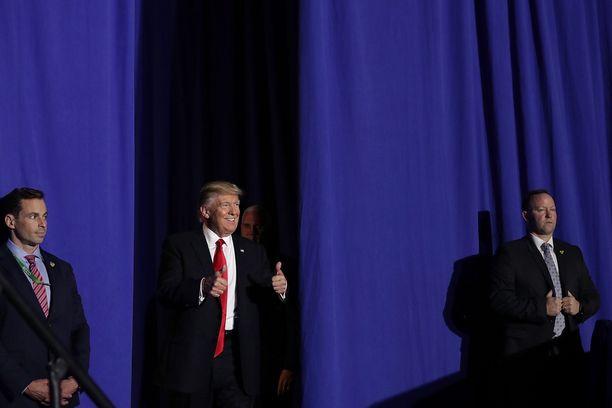 Donald Trump toisteli vaalilupauksiaan puoluetovereilleen.