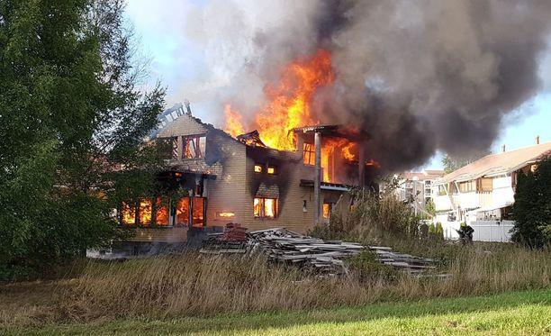 Talo oli täyden palon vaiheessa pelastuslaitoksen yksiköiden saapuessa paikalle.