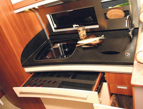 TISKARI LÖYTYY Keittiössä on reilusti kaappi- ja laatikkotilaa. Tiskikone ei ole ennen kuulunut Dethleffsin varuste-tarjontaan. Auton isot vesisäiliöt mahdollistavat tiskarin ongelmattoman käytön.