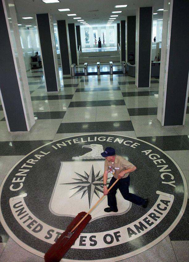 Siivooja putsaamassa Yhdysvaltain keskustiedustelupalvelun CIA:n päämajan aulaa.