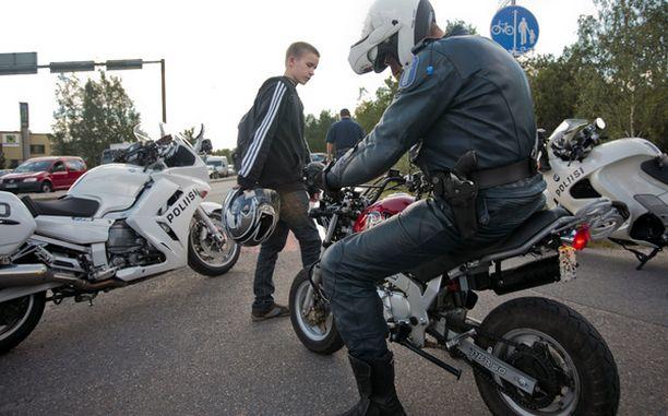 Poliisi usein testaa mopoja ja selvittää ovatko ne viritettyjä.