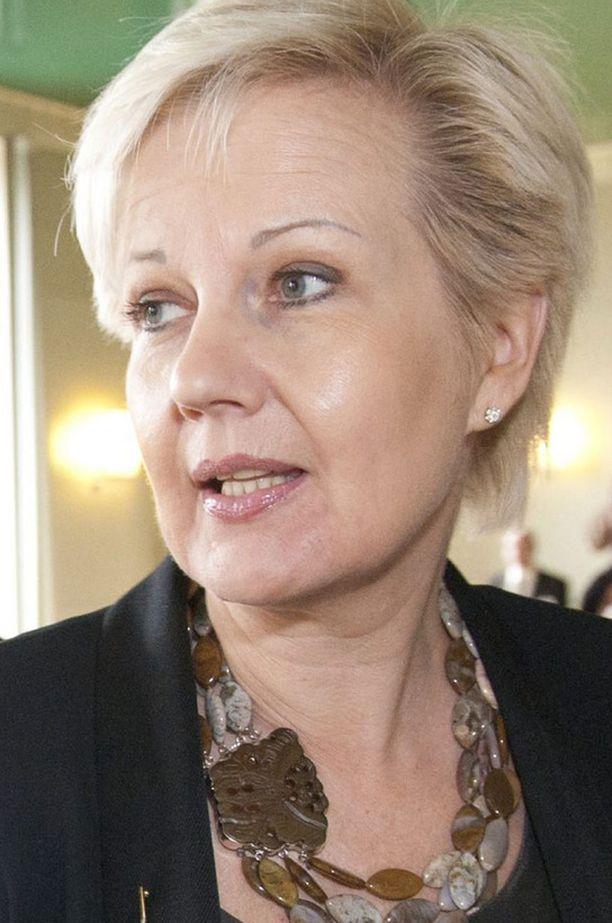 Suvi Linden puolusti lakiehdotusta ja sai opposition kimppuunsa.