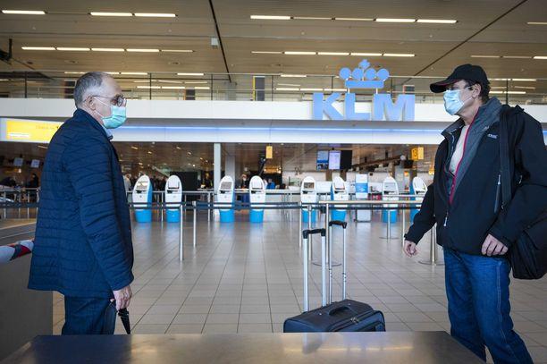 Kasvomaskien käyttö on Hollannin lentokentilläkin pakollista.