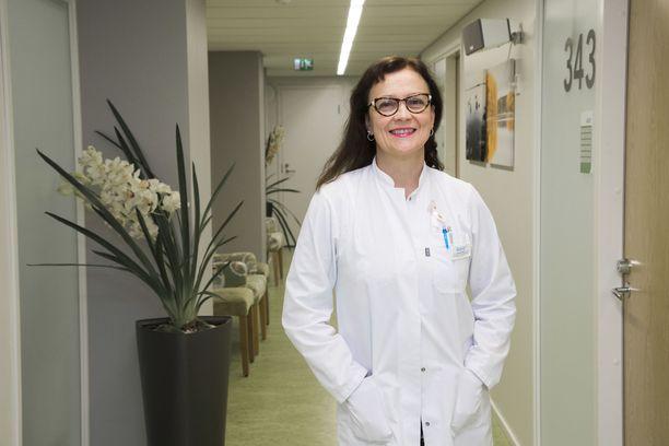 Naistentautien erikoislääkäri, kliininen seksologi Leena Väisälä kertoo, että seksologian ammattilainen voi rohkaista naista etsimään omaa nautinnon polkua.