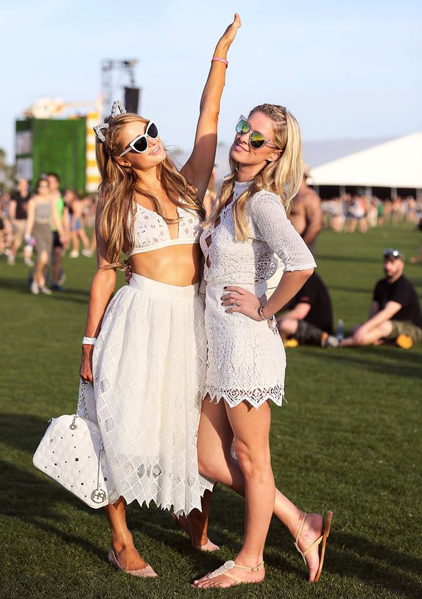 Kokovalkoisiin pukeutuneet Paris ja Nicky Hilton esittäytyivät mielellään kuvaajille.
