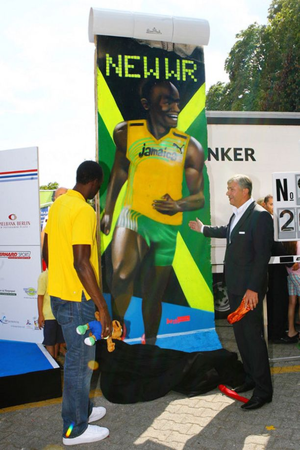 Usain Bolt sai palkintonsa Berliinin pormestarilta.