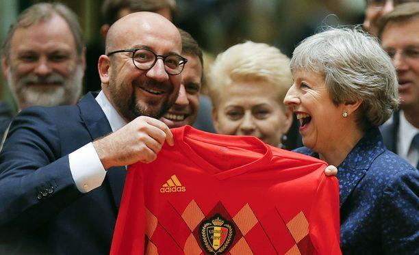 Theresa May innostui belgialaislahjasta. Nähtäväksi jää, onko paita päällä, kun Englannin leijonat kohtaavat Belgian MM-jalkapallossa.
