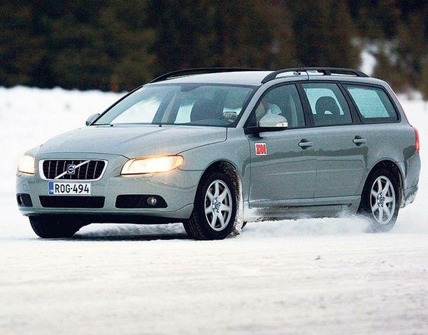 POHJOLAN POIKA Volvo V70 päihitti kilpakumppaninsa talvitestissä.