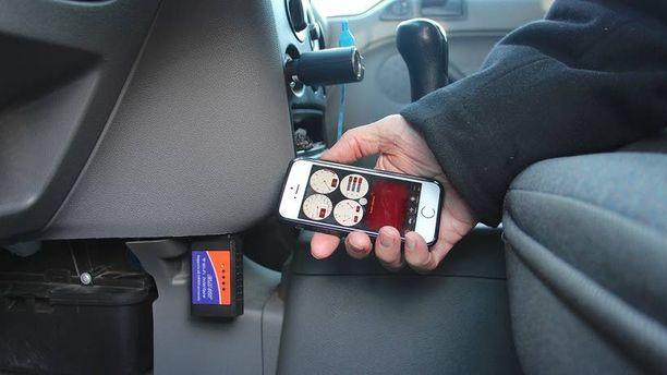 """Puhelin tarvitsee kaverikseen OBD-pistokkeeseen työnnettävän sovittimen, joka muodostaa wlan-lähiverkon. Hinta """"Kiinan verkkokaupassa"""" on 20–25 €. Tässä testauksessa Car Diagnostic -sovellus."""