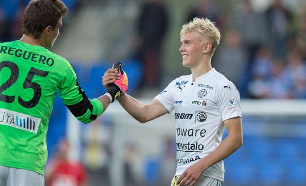 RoPS:n Juho Hyvärinen (oik.) oli rakentelemassa joukkueensa voittomaalia.