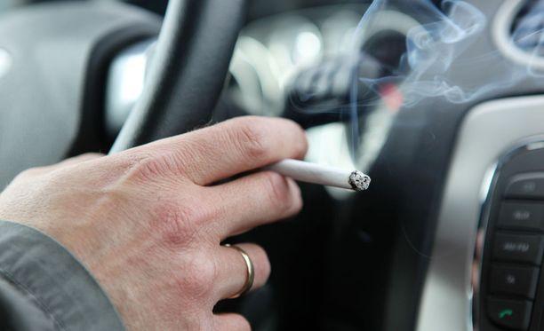 Uudet lait vaikuttavat eniten niihin, jotka sekä tupakoivat että omistavat auton.