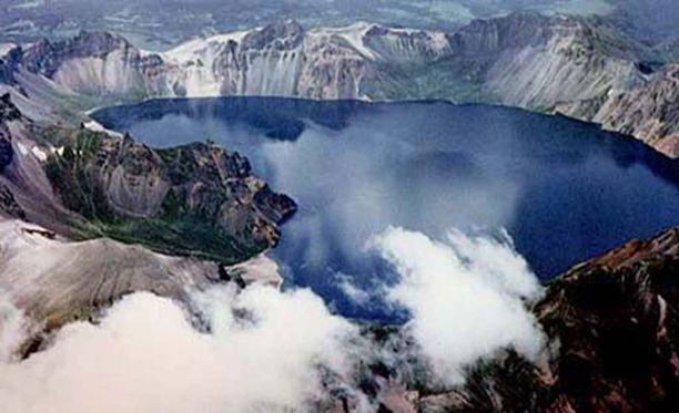 Baekdu on aktiivinen tulivuori ja sen huipulla on kraatterijärvi.