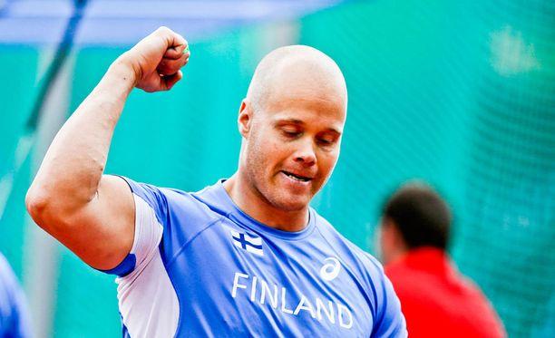 David Söderberg johdatti Suomen miehet kolmoisvoittoon moukarissa.