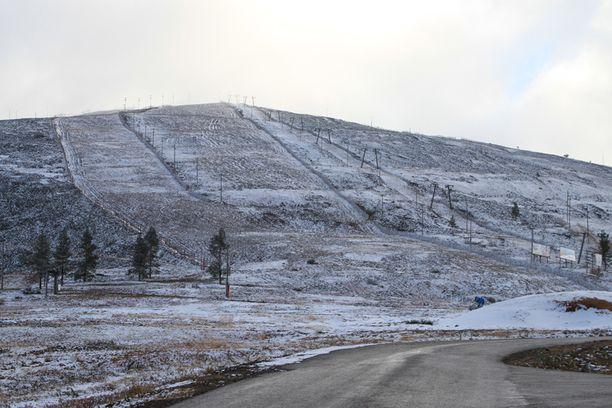 Yllästunturia koristi vielä iltapäivällä hento lumiharso. Kuvat saa klikkaamalla suuremmiksi.