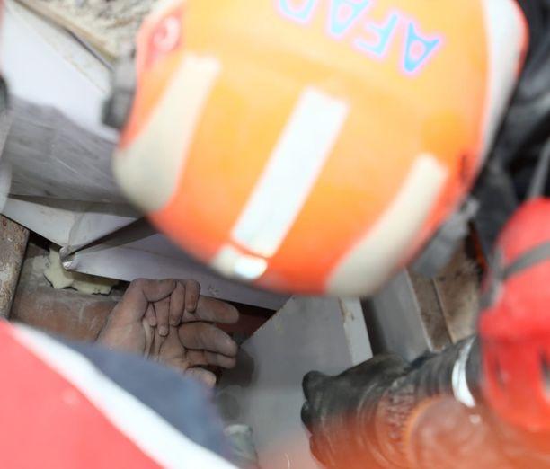 Turkin pelastuslaitoksen toimittamissa kuvissa näkyy nelivuotiaan Aydan käsi sortuneen rakennuksen keskellä.