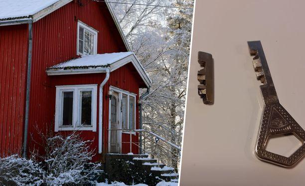 Vantaalaisessa talossa oli perinteinen lukkojärjestelmä ja vanhat, tavalliset Abloyn metalliavaimet. Kuva talosta on kuvituskuva.