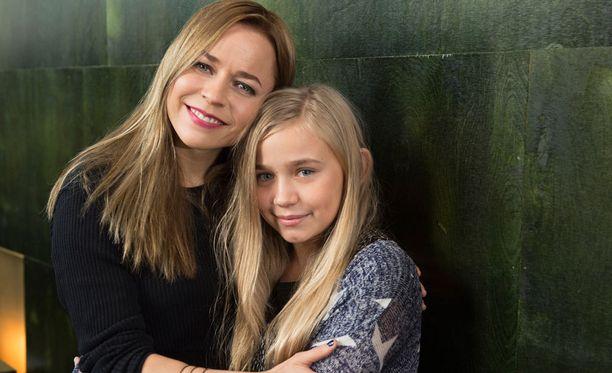 33-vuotias Vesala esittää elokuvassa 12-vuotiaan Varpu-tytön äitiä. Varpua esittää 12-vuotias porvoolainen Linnea Skog.