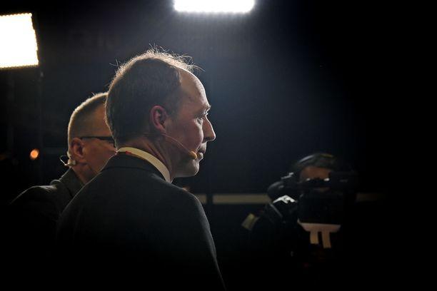 Perussuomalaisten puheenjohtaja Jussi Halla-aho joutui Turun yössä naamioituneen joukkion piirittämäksi, mutta pääsi turvaan hotelliin.