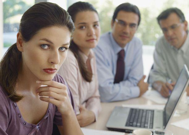 Asiantuntijoiden palkoissa on eri aloilla satojen eurojen eroja.