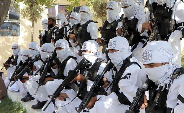 Talibanin taistelijat esittelivät perjantaina amerikkalaisvalmisteisia kivääreitään Qalatin kaupungissa.