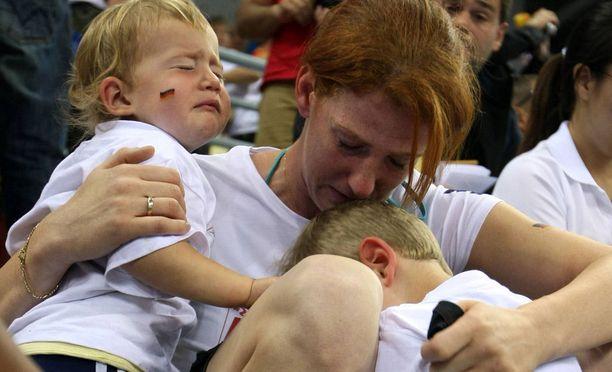 Yvonne Englich lastensa Noahin ja Lotan kanssa. Mirko Englich on juuri hävinnyt olympiafinaalin Aslanbek Hushtoville.