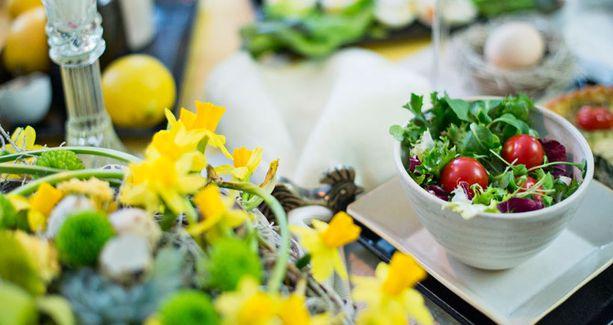 Salaatin voi tarjota alkupalana esimerkiksi isosta mukista.