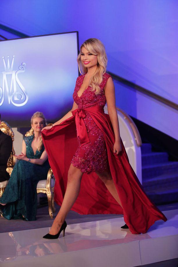 Kuvassa Essi Unkuri sunnuntain Miss Suomi -finaalissa.