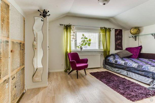 Virkeät värit jatkuvat makuuhuoneessa. Retro värimaailma ja hauskat yksityiskohdat tekevät makuuhuoneesta persoonallisen.