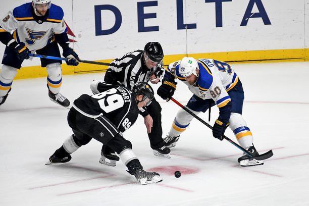 Rasmus Kupari aloituksessa St. Louis Bluesin Ryan O'Reillyn kanssa.