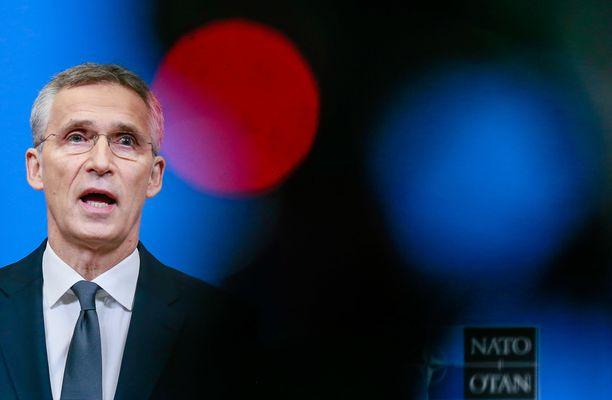 Naton pääsihteeri Jens Stoltenberg puhui toimittajille Brysselissä maanantaina.