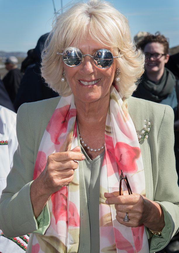 Myös Camilla testasi aurinkolaseja.